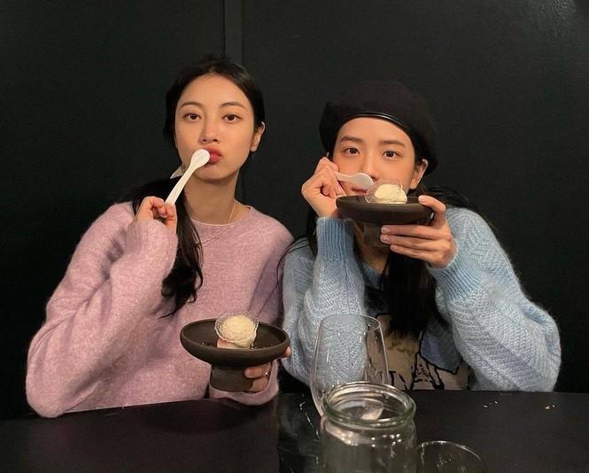 """Jisoo vô tình diện đúng mẫu áo len xanh Gucci ồn ào của """"mỹ nữ 4000 năm"""" Cúc Tịnh Y  - ảnh 1"""