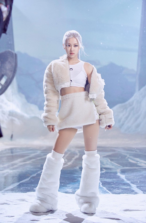 """Ngọc Trinh """"bắt trend"""" trang phục trăng lưỡi liềm, một set đồ đụng cả Lisa, Rosé  rồi Ryu Jin mới giỏi - ảnh 2"""