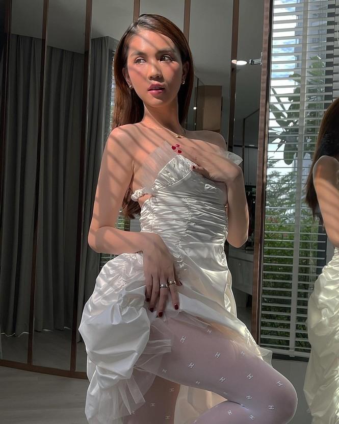 Diện quần tất Chanel gần 10 triệu sau Jennie nhưng Ngọc Trinh vẫn có chiêu gây sốc - ảnh 2