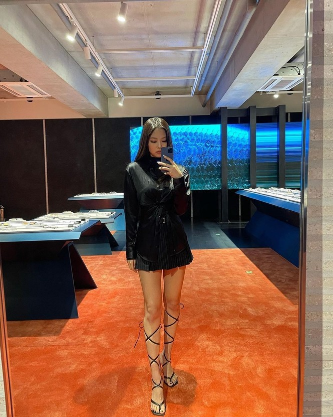 Jennie BLACKPINK lại khiến netizen chỉ muốn ngắm đôi chân cực phẩm - ảnh 2