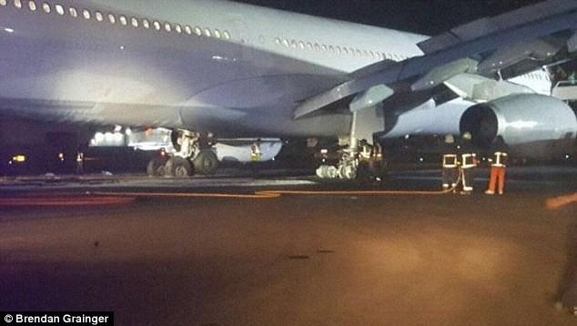 Máy bay chở 163 khách nổ lốp, mắc kẹt suốt 22 giờ - ảnh 3