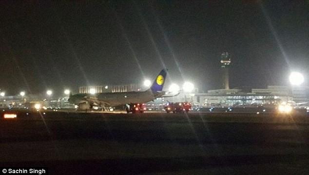 Máy bay chở 163 khách nổ lốp, mắc kẹt suốt 22 giờ - ảnh 4