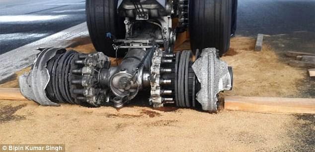 Máy bay chở 163 khách nổ lốp, mắc kẹt suốt 22 giờ - ảnh 6