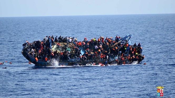 Hãi hùng cảnh thuyền chở 600 người lật úp giữa biển - ảnh 2