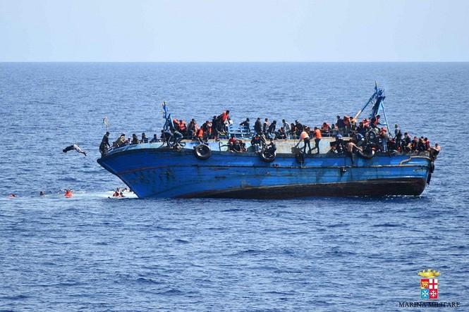 Hãi hùng cảnh thuyền chở 600 người lật úp giữa biển - ảnh 1