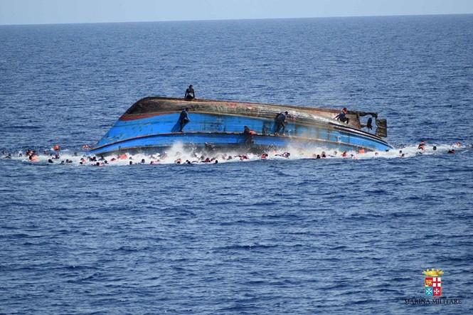 Hãi hùng cảnh thuyền chở 600 người lật úp giữa biển - ảnh 3