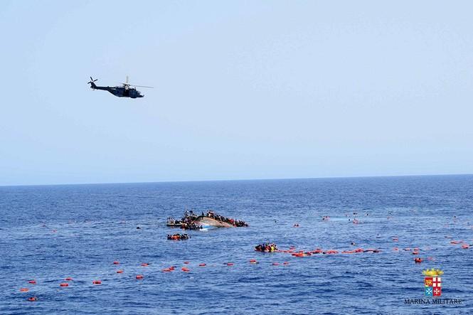 Hãi hùng cảnh thuyền chở 600 người lật úp giữa biển - ảnh 4