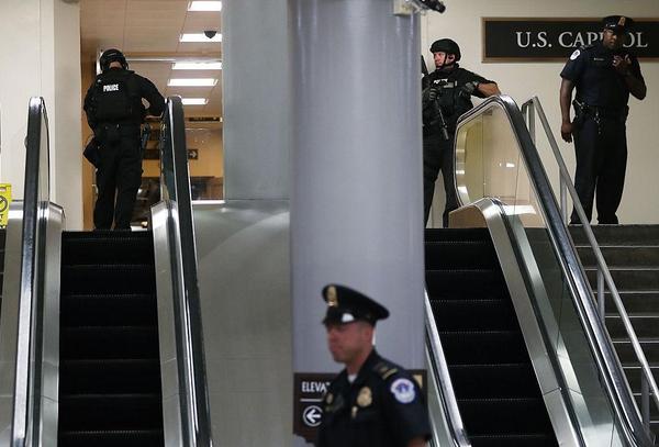 Phong tỏa nhà Quốc hội Mỹ, bắt 3 nghi phạm mang súng - ảnh 1