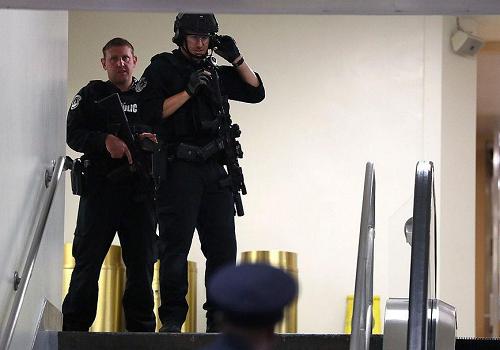 Phong tỏa nhà Quốc hội Mỹ, bắt 3 nghi phạm mang súng - ảnh 3
