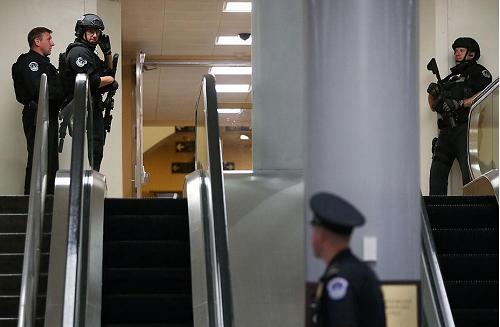 Phong tỏa nhà Quốc hội Mỹ, bắt 3 nghi phạm mang súng - ảnh 4