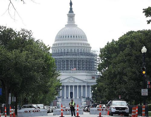 Phong tỏa nhà Quốc hội Mỹ, bắt 3 nghi phạm mang súng - ảnh 5