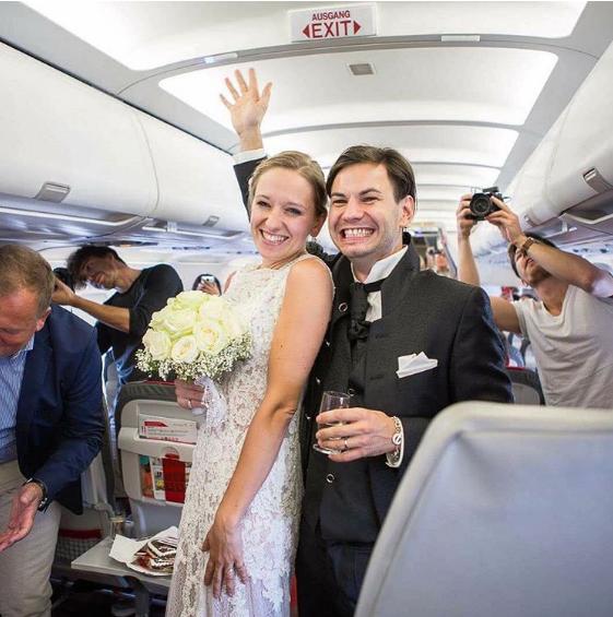 Cặp đôi làm đám cưới trên máy bay - ảnh 1
