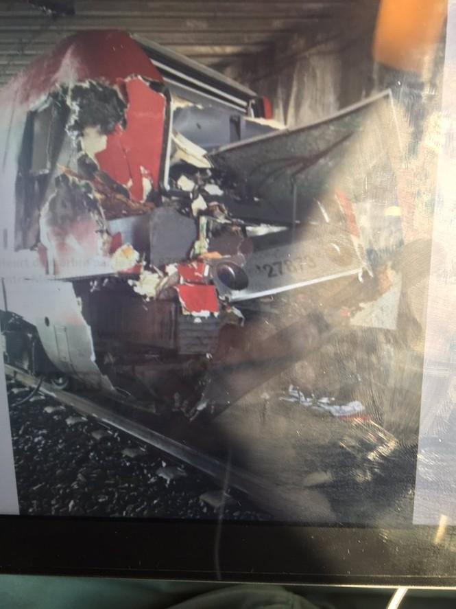 Tàu hỏa nát đầu vì đâm vào cây, 60 người bị thương - ảnh 3