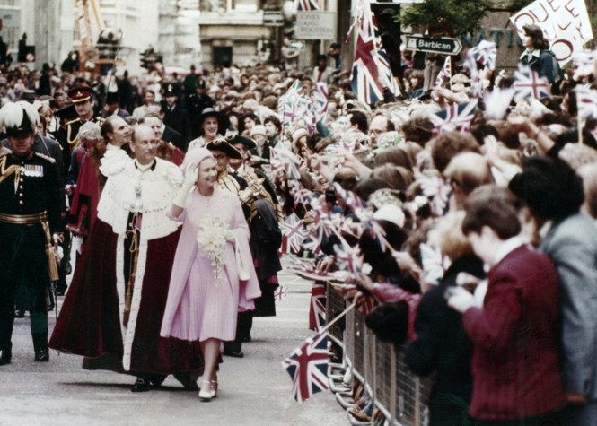 Những khoảnh khắc ấn tượng trong suốt 65 năm trị vì của Nữ hoàng Anh - ảnh 11