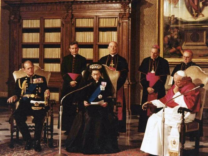 Những khoảnh khắc ấn tượng trong suốt 65 năm trị vì của Nữ hoàng Anh - ảnh 12