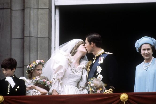 Những khoảnh khắc ấn tượng trong suốt 65 năm trị vì của Nữ hoàng Anh - ảnh 13