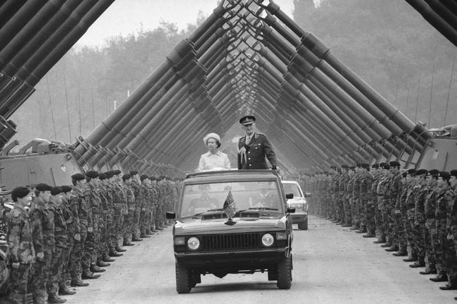 Những khoảnh khắc ấn tượng trong suốt 65 năm trị vì của Nữ hoàng Anh - ảnh 14