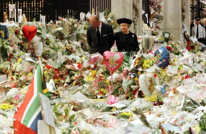 Những khoảnh khắc ấn tượng trong suốt 65 năm trị vì của Nữ hoàng Anh - ảnh 17