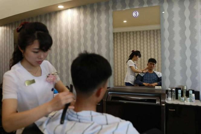 Giữa tâm bão, người dân Triều Tiên vẫn bình thản lạ thường - ảnh 15