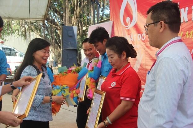 Người đẹp Nhân ái Huỳnh Nguyễn Mai Phương tham gia Chủ nhật Đỏ tại Đồng Nai - ảnh 1
