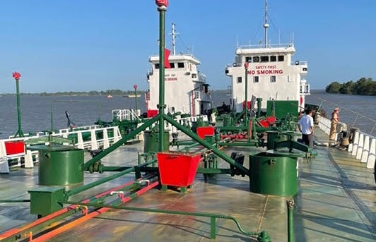 Công an truy bắt 2 tàu bỏ trốn trong chuyên án buôn 200 triệu lít xăng giả, khởi tố thêm 3 bị can - ảnh 1