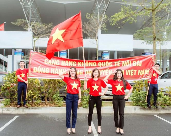200 nhân viên sân bay Nội Bài đồng phục đỏ rực cổ vũ U23 Việt Nam - ảnh 1