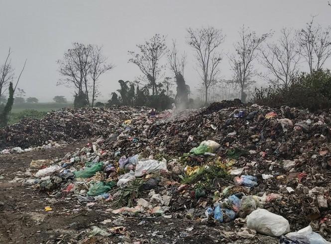Cận cảnh bãi rác khổng lồ, hôi thối bị đốt cháy nghi ngút ngoại thành Hà Nội - ảnh 3