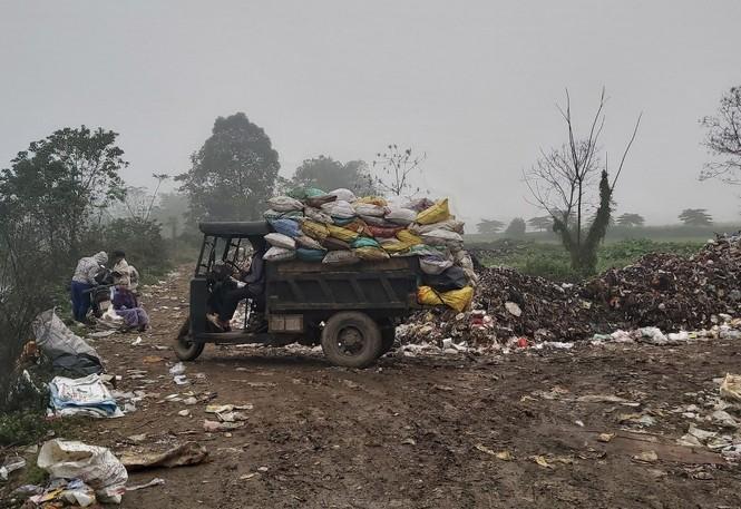 Cận cảnh bãi rác khổng lồ, hôi thối bị đốt cháy nghi ngút ngoại thành Hà Nội - ảnh 4
