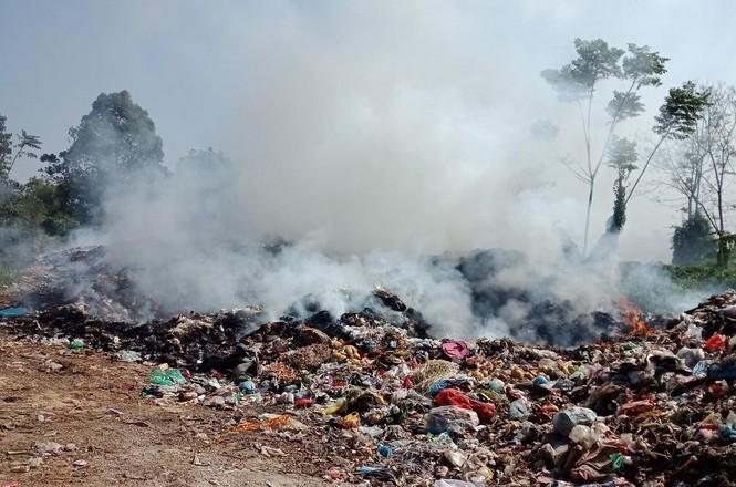 Cận cảnh bãi rác khổng lồ, hôi thối bị đốt cháy nghi ngút ngoại thành Hà Nội - ảnh 1