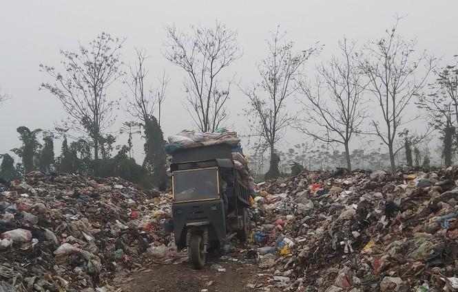 Cận cảnh bãi rác khổng lồ, hôi thối bị đốt cháy nghi ngút ngoại thành Hà Nội - ảnh 5