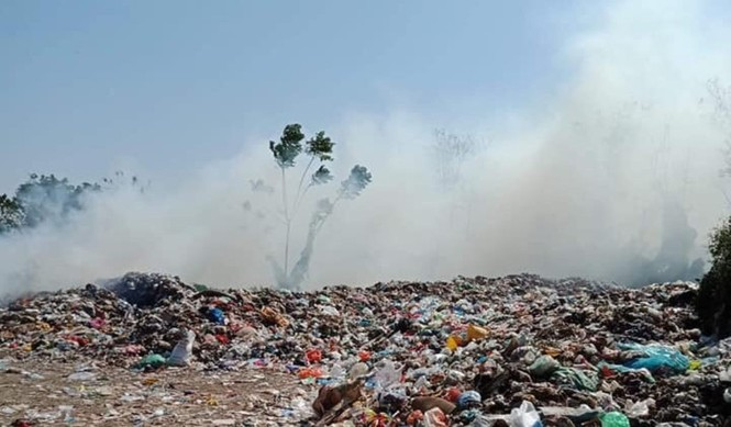 Cận cảnh bãi rác khổng lồ, hôi thối bị đốt cháy nghi ngút ngoại thành Hà Nội - ảnh 2