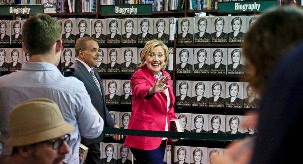 Người Mỹ xếp hàng dài trong lễ ra mắt sách của Hillary Clinton - ảnh 11