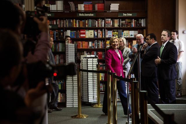 Người Mỹ xếp hàng dài trong lễ ra mắt sách của Hillary Clinton - ảnh 6