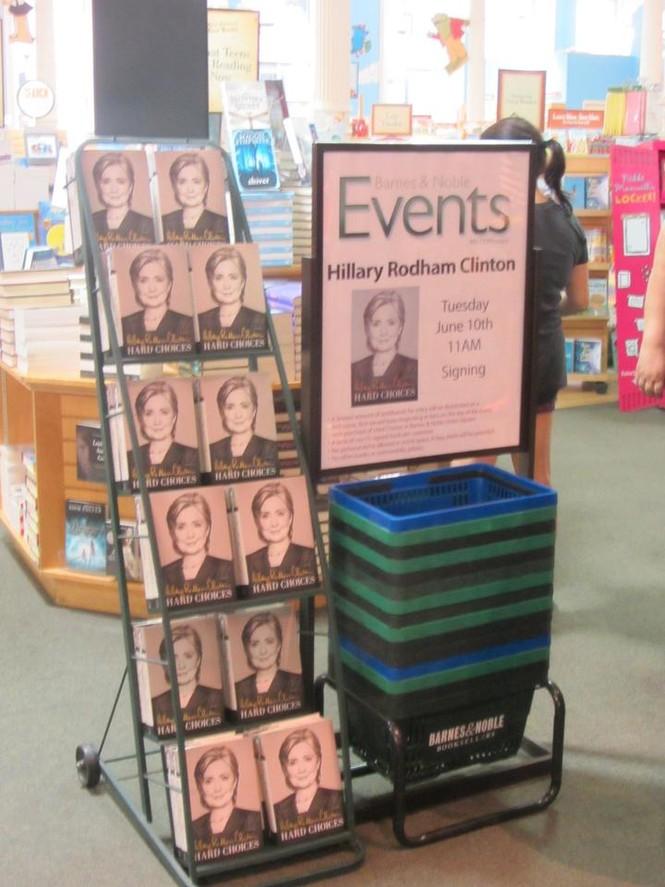 Người Mỹ xếp hàng dài trong lễ ra mắt sách của Hillary Clinton - ảnh 12