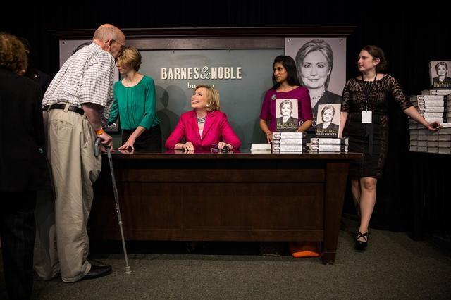 Người Mỹ xếp hàng dài trong lễ ra mắt sách của Hillary Clinton - ảnh 8