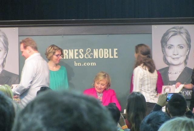 Người Mỹ xếp hàng dài trong lễ ra mắt sách của Hillary Clinton - ảnh 10