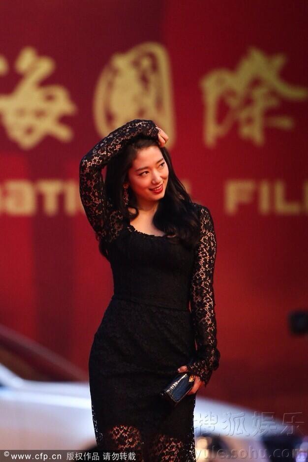 Song Hye Kyo, Củng Lợi, Ôn Bích Hà lộng lẫy trên thảm đỏ - ảnh 16