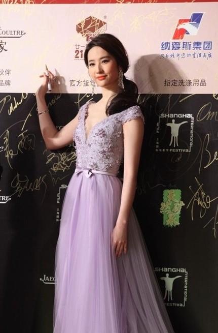 Song Hye Kyo, Củng Lợi, Ôn Bích Hà lộng lẫy trên thảm đỏ - ảnh 15