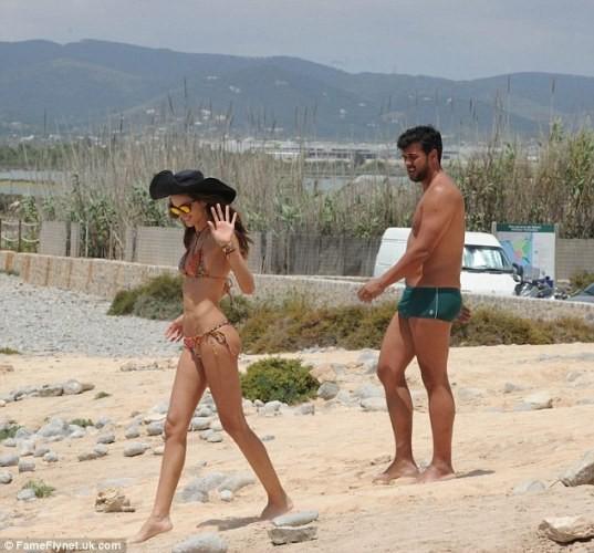 Siêu mẫu Brazil mặc bikini khoe dáng nuột trên bãi biển - ảnh 7