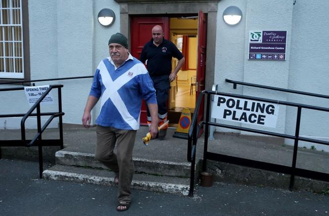 Dân Scotland đi bỏ phiếu cho 'bước ngoặt lịch sử' - ảnh 8