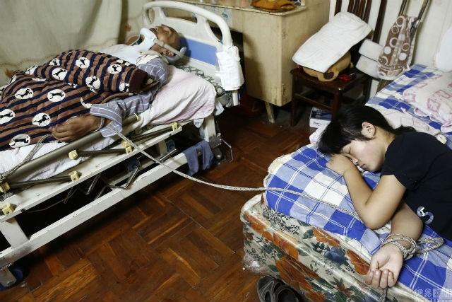 Cô bé 15 tuổi đóng giả bò kiếm tiền chữa bệnh cho cha - ảnh 4