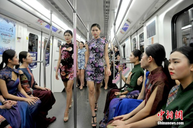 Nữ sinh diễn catwalk trên tàu điện ngầm gây xôn xao - ảnh 1