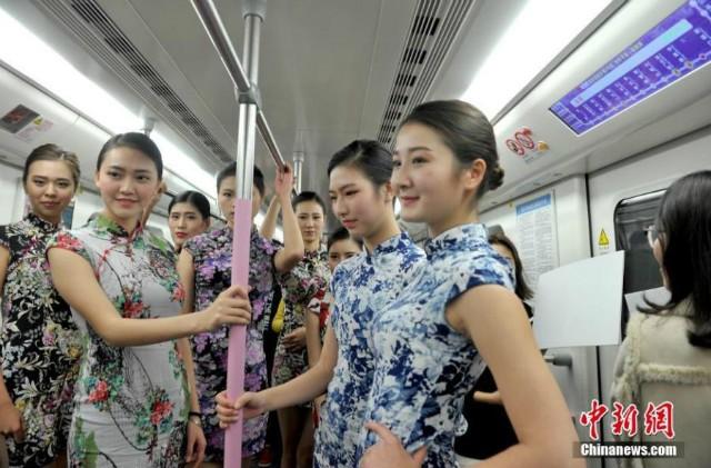 Nữ sinh diễn catwalk trên tàu điện ngầm gây xôn xao - ảnh 3