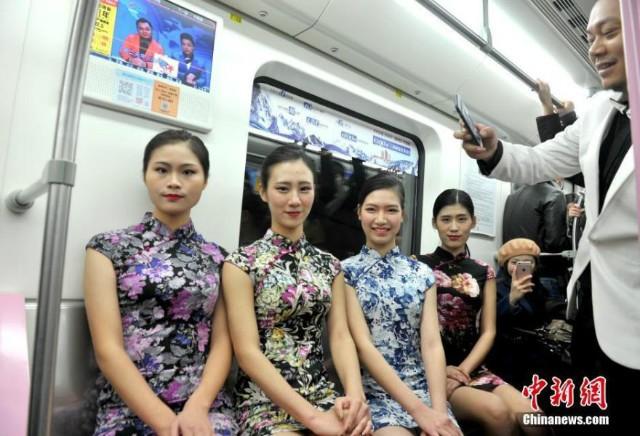 Nữ sinh diễn catwalk trên tàu điện ngầm gây xôn xao - ảnh 4