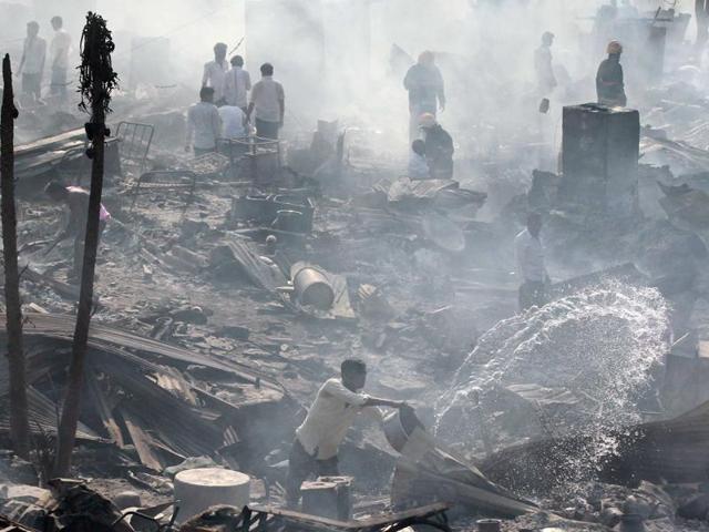 Bình gas phát nổ liên tiếp, 1.000 ngôi nhà chìm trong biển lửa - ảnh 3