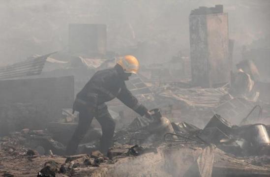 Bình gas phát nổ liên tiếp, 1.000 ngôi nhà chìm trong biển lửa - ảnh 2