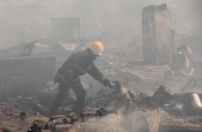 Bình gas phát nổ liên tiếp, 1.000 ngôi nhà chìm trong biển lửa - ảnh 4