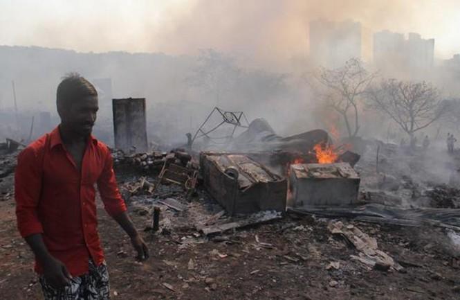 Bình gas phát nổ liên tiếp, 1.000 ngôi nhà chìm trong biển lửa - ảnh 1