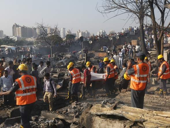 Bình gas phát nổ liên tiếp, 1.000 ngôi nhà chìm trong biển lửa - ảnh 5