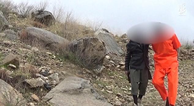Ghê rợn chiến binh nhí IS xử bắn 'gián điệp' Taliban - ảnh 6